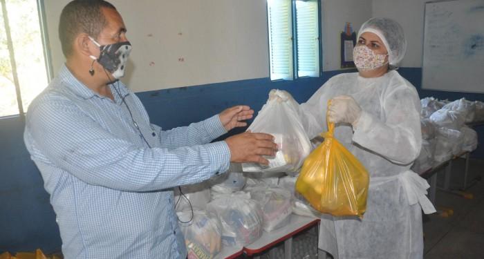 Com reforço de itens da agricultura familiar, Secretaria de Educação entrega nova remessa de kits de merenda
