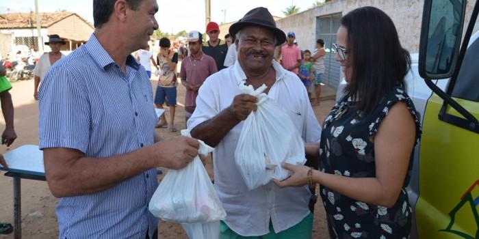 Prefeito Celino Rocha distribui o tradicional kit da Semana Santa em Anadia