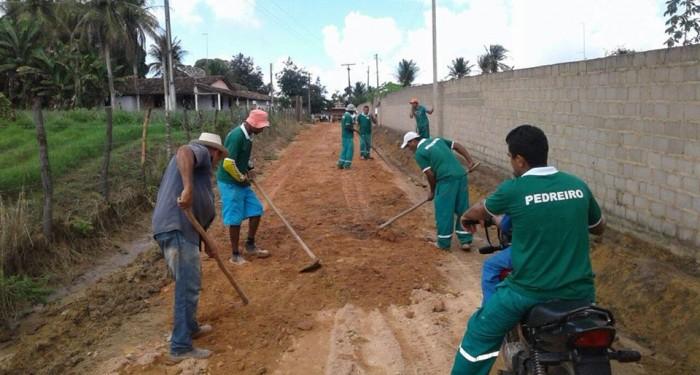 Prefeitura instala bueiros e piçarra estrada que liga Santa Cruz ao povoado Brejo Novo