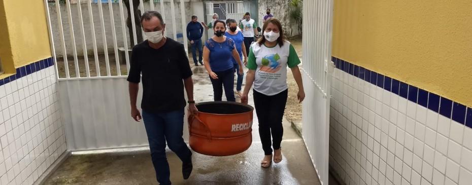 Escolas da rede municipal recebem lixeiras ecológicas produzidas com pneus