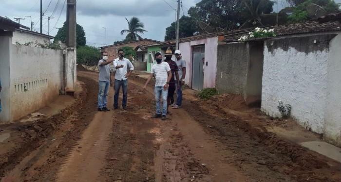 Prefeito Celino Rocha vistoria início do calçamento de mais uma rua no povoado Tabuleiro